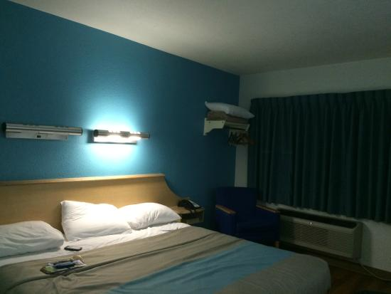 Motel 6 Atlanta Downtown: quarto organizado