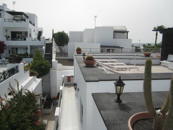 Morana Apartments: ROOF TOP TERRACE NO GAURD RAILS FOR CHILDREN LONG WAY DOWN