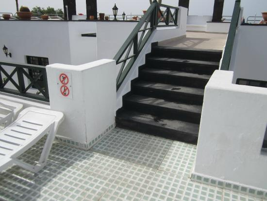 Morana Apartments: GATE WHERE CHILDREN CAN GET ON ROOF