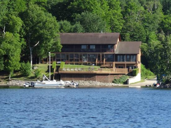‪‪Clarendon Station‬, كندا: View of the Lodge from the lake‬