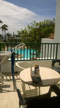 Apartamentos Galeon Playa: balcony overlooking pool area - one bed apartment