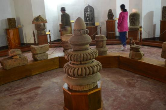 Dhemaji, Ấn Độ: The objects of bygone era in the museum.