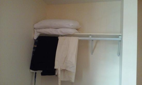 Drifters Reef Hotel: closet with no hangers