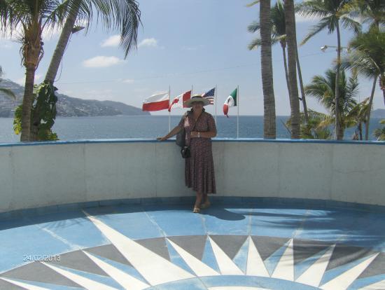 Elcano Hotel: flagi na maszcie wskazują na gości