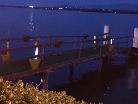 Lacustre: La vista del pontile dal giardino del ristorante