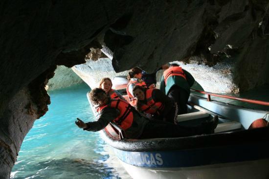 Capillas de Marmol: O barco é pequeno mas bem estável, já que o lago é bem calmo
