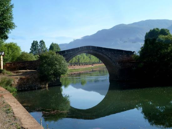 Yunnan Shaxi Ancient Town: A beautiful image of the old bridge leading into town
