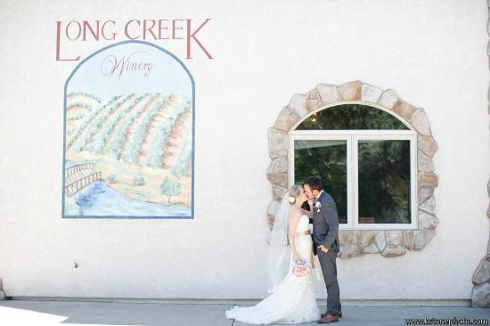 Long Creek Winery: Beautiful couple just starting out at Long Creek
