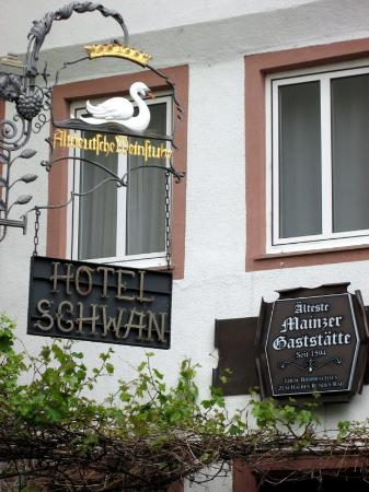 Hotel Schwan Mainz : Entrance facing the square.