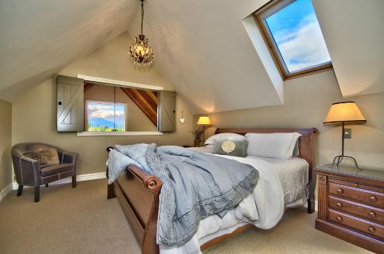 ‪‪Wanaka Cottages‬: Cottage-Master bedroom with mountain views‬
