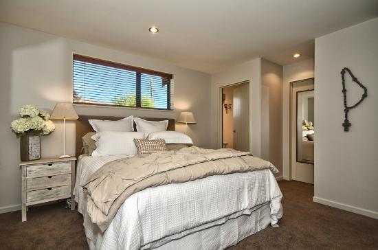 Wanaka Cottages: House Master bedroom with ensuite