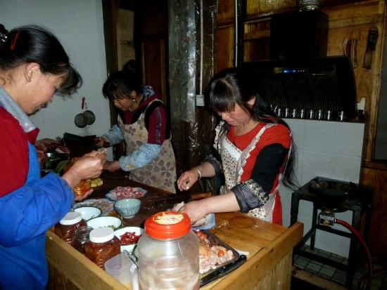 Dali, Cina: In the kitchen of the restaurant that we frequented