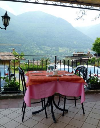 Tavolino in terrazza con vista sul lago
