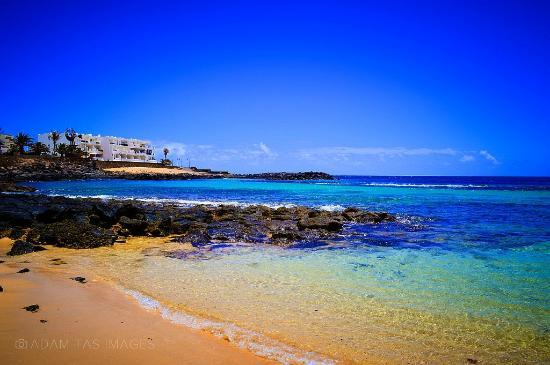 Apartamentos Galeon Playa: View from the promenade near Galeon Playa. photo by: Adam Tas  #lanzarote #adamtasimages #gal