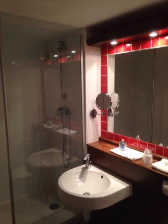 Kyriad Montpellier Nord - Parc Euromédecine : Salle de bain