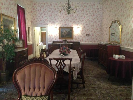 Kintner House Inn: Shot of the Dining Area from Parlor