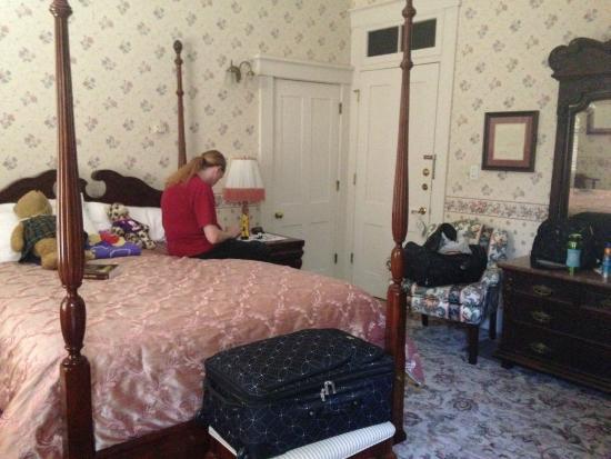 Kintner House Inn: Hoosier Room bed and entry