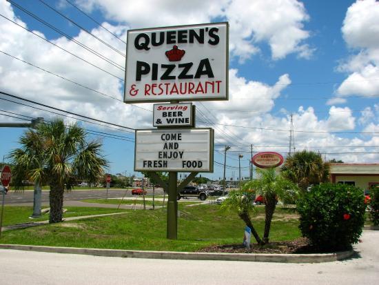 Queen's Pizza & Restaurant: Easy to spot sign