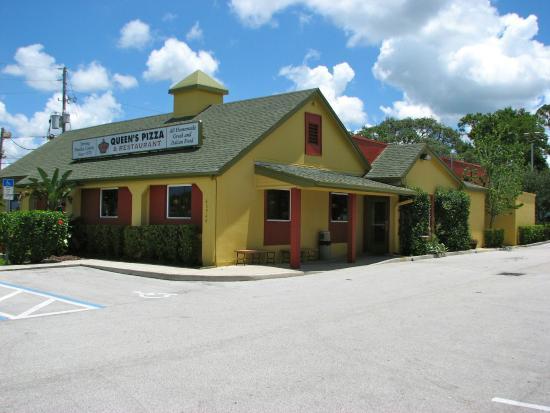 Queen's Pizza & Restaurant: Building along US 19