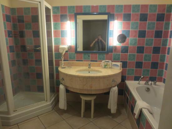 salle de bain avec douche et baignoire - Picture of Melia Peninsula ...