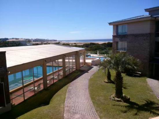 Las Dunas Hotel: Vista hacia piscina techada y jardín