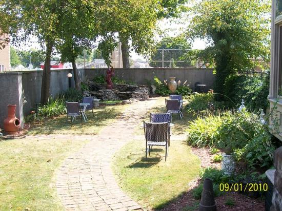 Castle Inn Bed and Breakfast: Enjoy coffee or a good book in our private garden