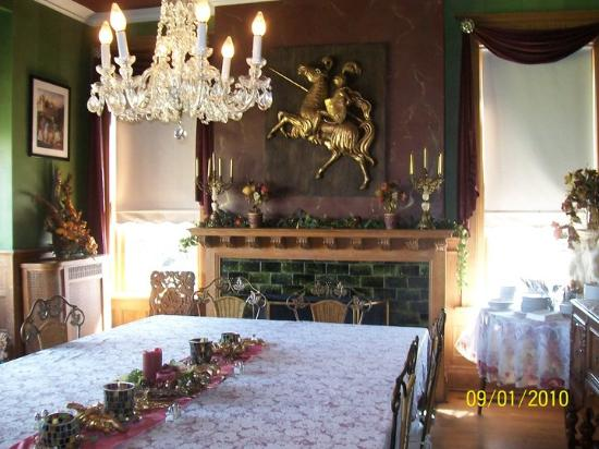 Castle Inn Bed and Breakfast: Hot breakfast is included with every stay and served in our beautifully decorated dining room