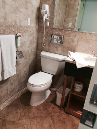 Hotel Mulberry: Clean bathroom!!! Love the smell of bleach!!!