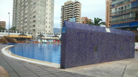 Piscina picture of medplaya hotel regente benidorm for Piscinas benidorm