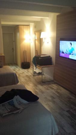 Roya Hotel & Suites Bayside: Room view from the window towards the door