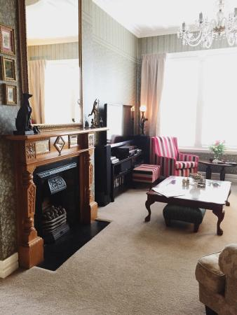 Eden Park Bed & Breakfast: Beautiful living room with fireplace