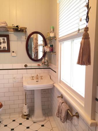 Eden Park Bed & Breakfast: Adorable bathroom with heated floors!!