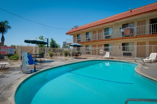 Vagabond Inn Bakersfield North: Swimming Pool with ADA Lift