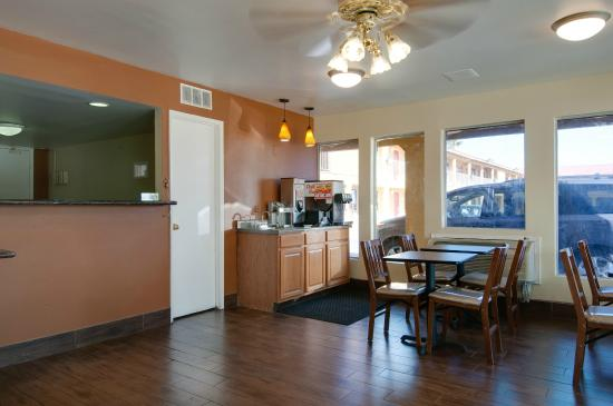 Vagabond Inn Buttonwillow I-5: Front Desk and Breakfast Bar