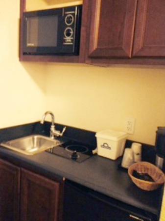 Days Inn Darien: Kitchen suite (King room only)