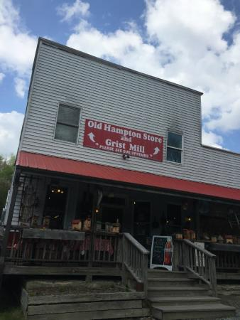 Old Hampton Store and BBQ: The Old Hampton Store