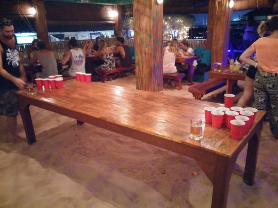 El bar en la terraza beer pong sobre el suelo de arena - Suelos para bares ...