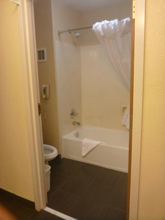 Best Western Plus Slidell Hotel : bath