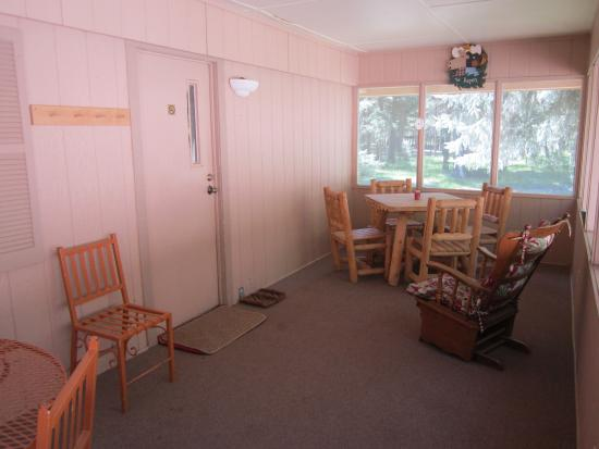 Blue Spruce RV Park & Cabins: Sunroom with tables.