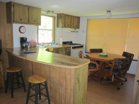 Blue Spruce RV Park & Cabins: Kitchen and in kitchen dining.