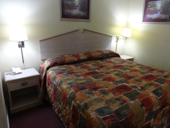 Americas Best Value Inn & Suites: Firm but comfortable bed.