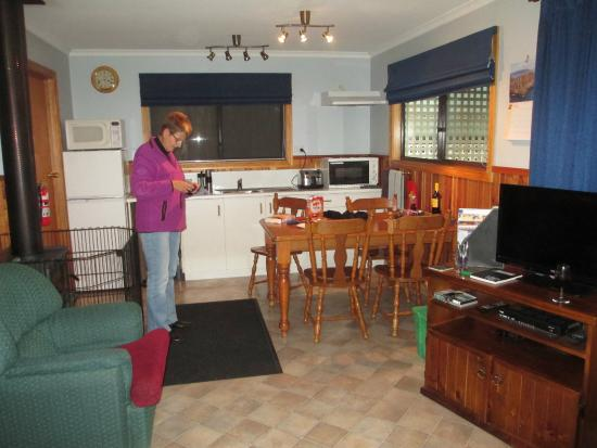 Derwent Bridge Chalets & Studios: Kitchen & sitting areas