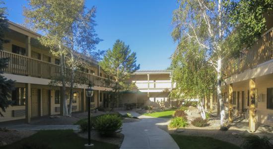BEST WESTERN Grande River Inn & Suites: Grande River Inn Morning Courtyard
