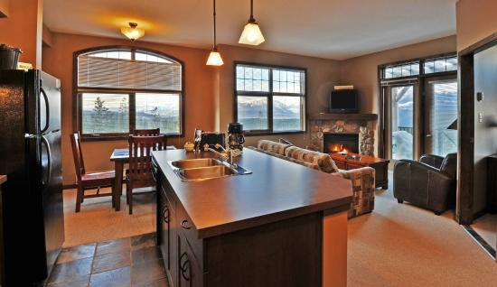 Glacier Mountaineer Lodge - Bellstar Hotels & Resorts: Kitchen