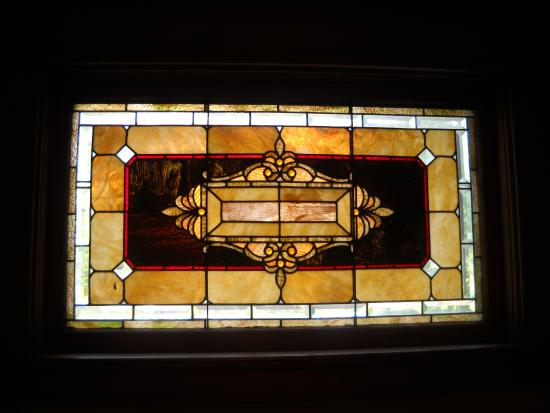 Waller House Inn: Stained glass window in the Garnet Room