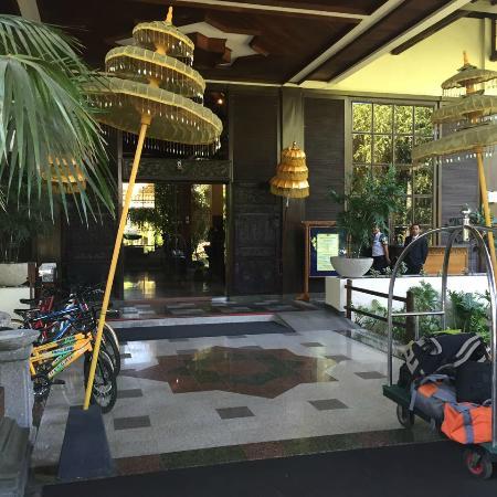 Singgasana Hotel Surabaya : Entrance