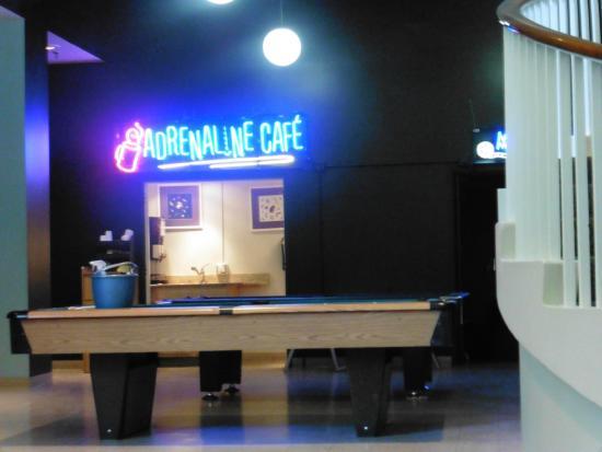 40 Berkeley: Cuenta con una sala de cine  y billar para entretenimiento