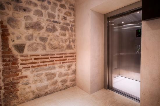 Hotel Slavija: Elevator
