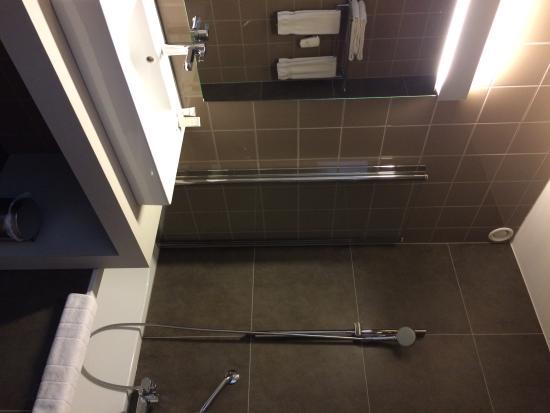 SDB moderne, propre et fonctionnelle - Photo de Hotel Gemeente ...