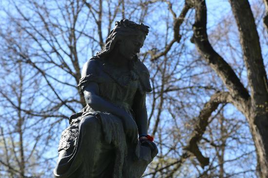 Linda Monument: Памятник